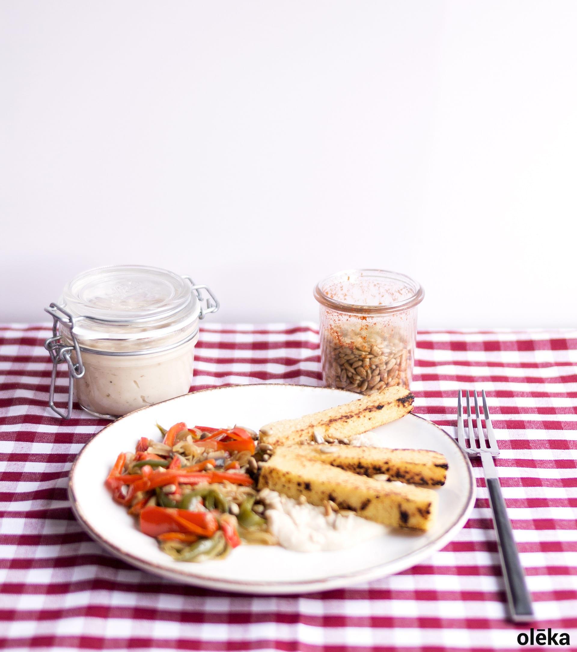 polenta vegana sobre hummus de alubia y piperrada