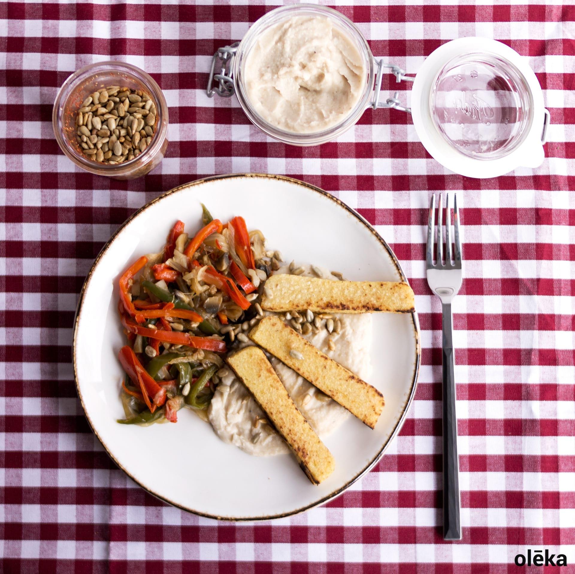 piperrada con polenta vegana y hummus