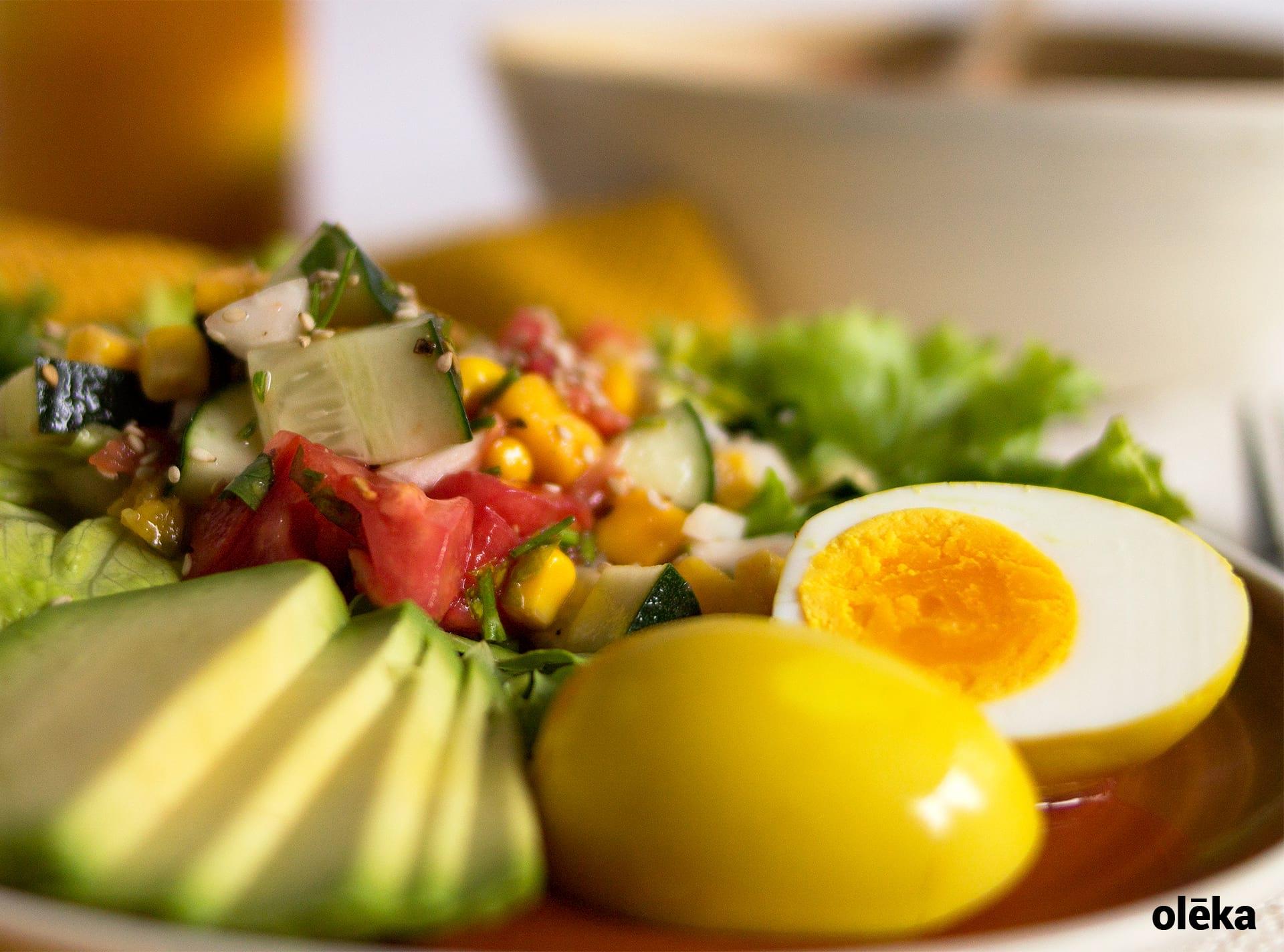 ensalda pico de gallo con mango y huevo curcuma